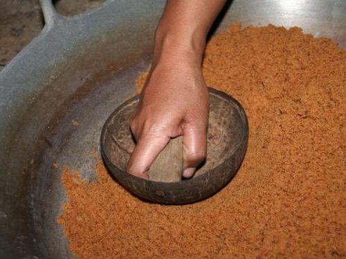 Stampfen-von-Kokosbluetenzucker